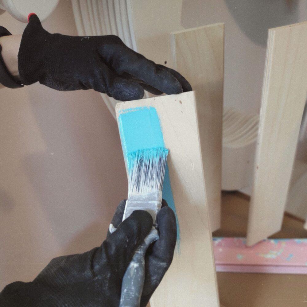 first coat of varnish on the laths - erste Lackschicht auftragen auf die Leisten