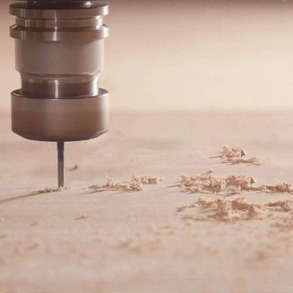 parts are milled out on a CNC machine - Teile werden auf einer CNC-Maschine ausgefräst