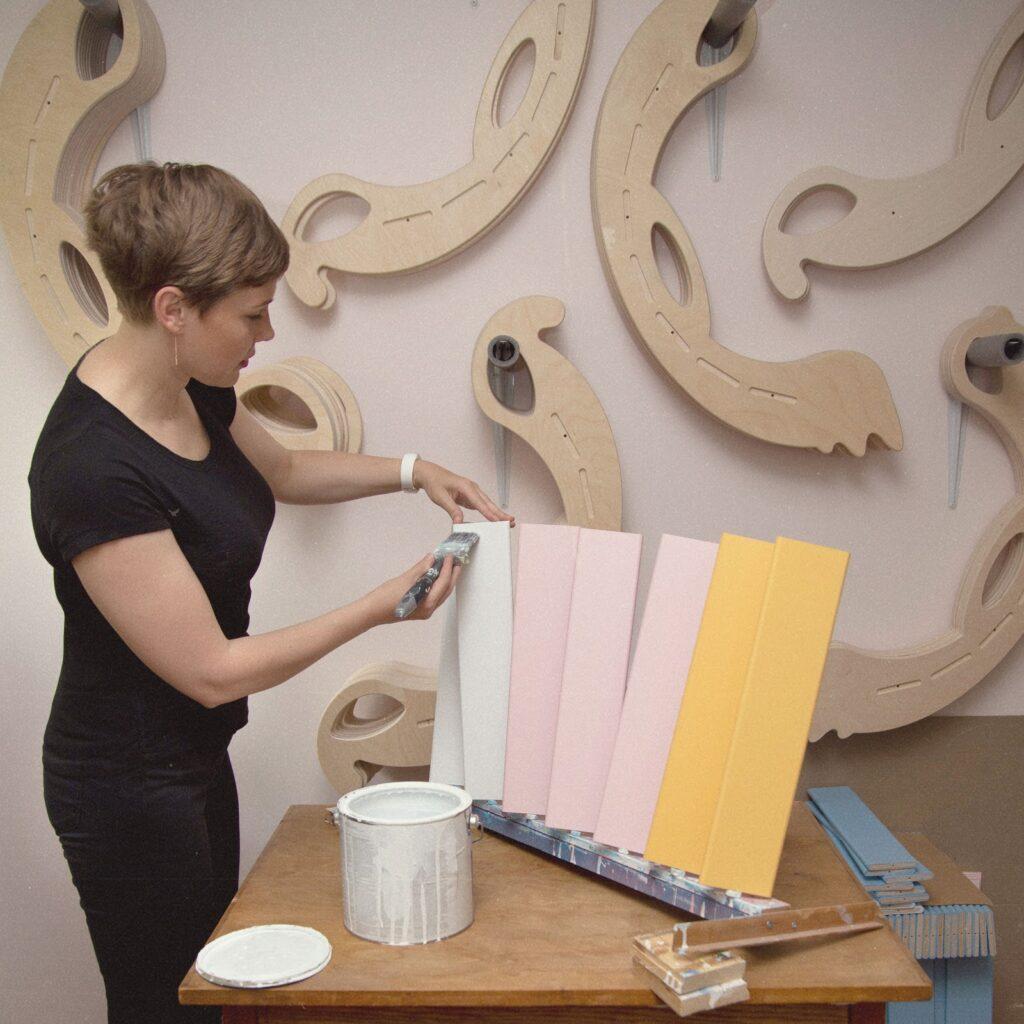 apply a second coat of paint to the laths - zweite Lackschicht auf die Leisten auftragen