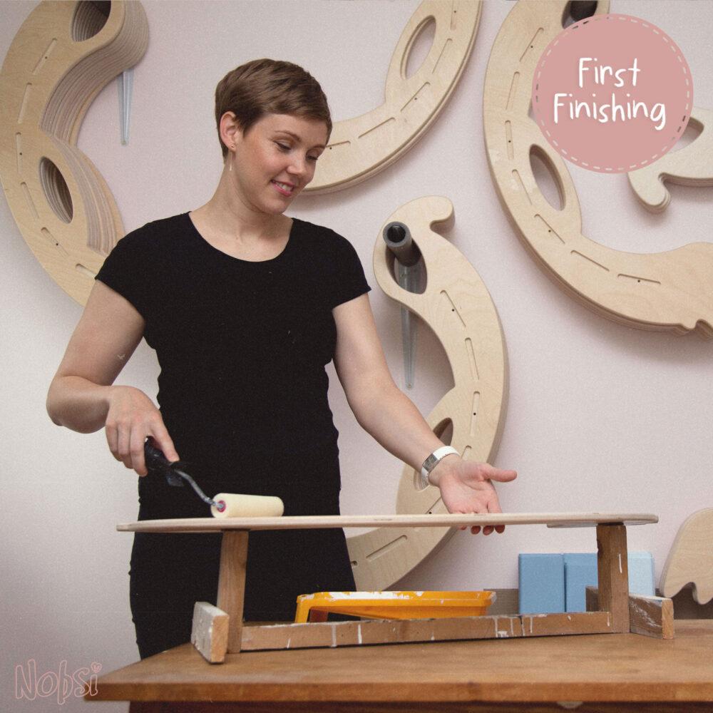 Handmade Wooden Toys - apply the first coat of varnish on the sides - Herstellung Holzschaukelpferde, auftragen der ersten Lackschicht auf die Seitenteile